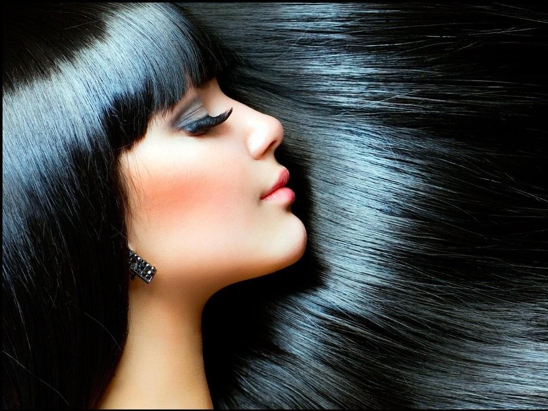 Поддерживать волосы красивыми поможет косметика для волос